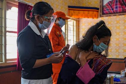 Eine  Frau wird gegen das Coronavirus geimpft